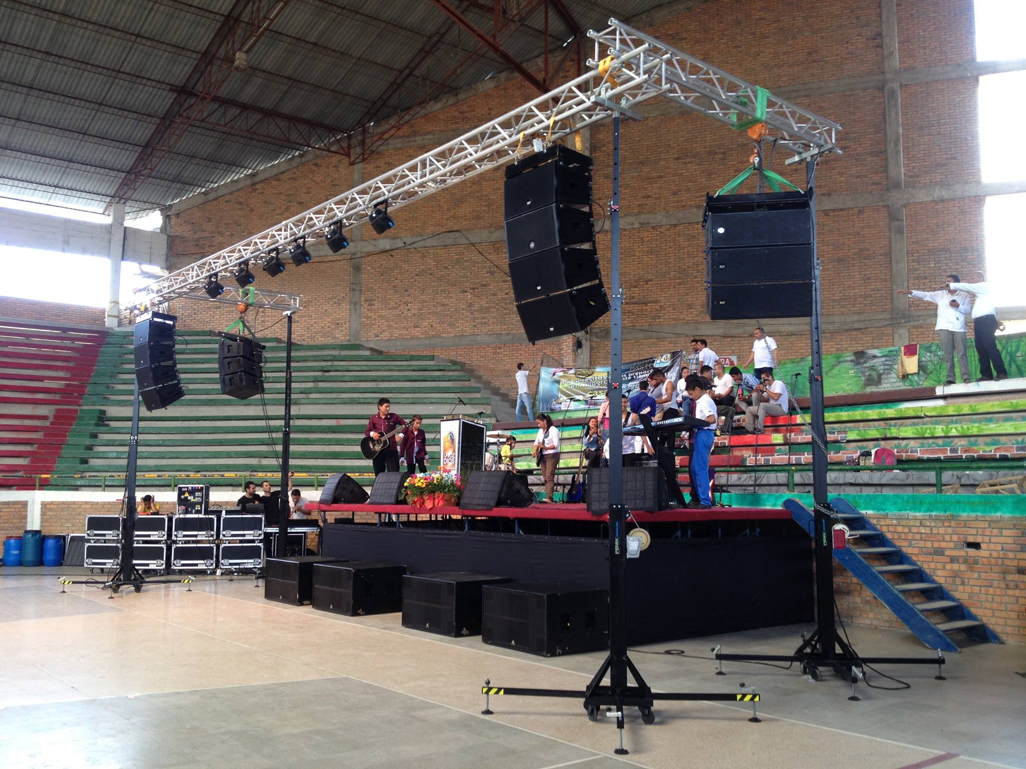 Stage with lifting towers @ Coliseo Cubierto Pitalito, Huila (Colombia)